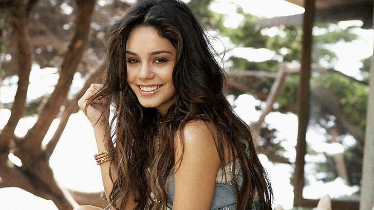 Vanessa Hudgens and her curly look